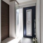 唯一光が入る玄関脇のガラス面です 玄関収納は特注家具です