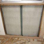 窓下の構造 外部がサイディング張り 断熱材もなく これでは寒いわけです