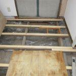 床下に防湿シート敷き湿気を抑えます