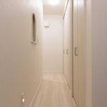 建物に奥行があり中央に廊下があります